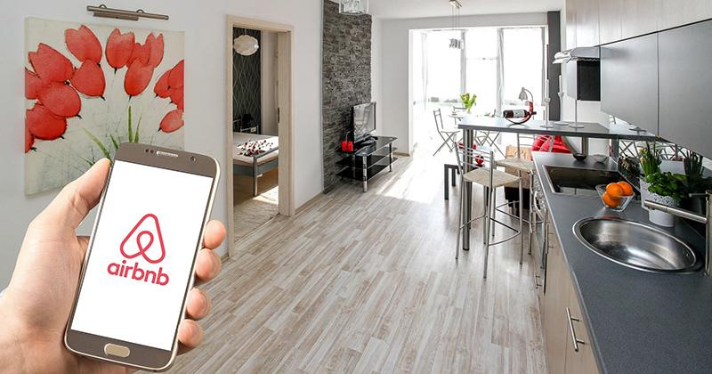 En telefon med airbnb uppe, i en lägenhet.